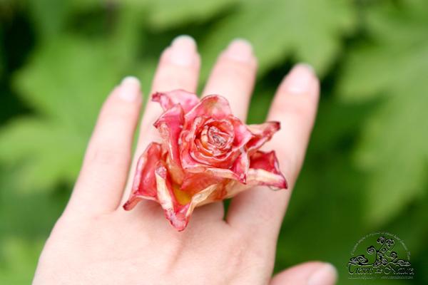 bague-rose-sur-main